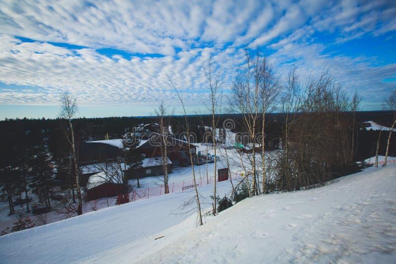 Bello Mountain View freddo della stazione sciistica, giorno di inverno soleggiato con il pendio immagine stock libera da diritti