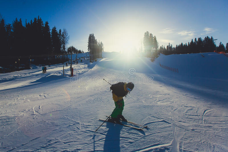 Bello Mountain View freddo della stazione sciistica, giorno di inverno soleggiato con il pendio fotografia stock