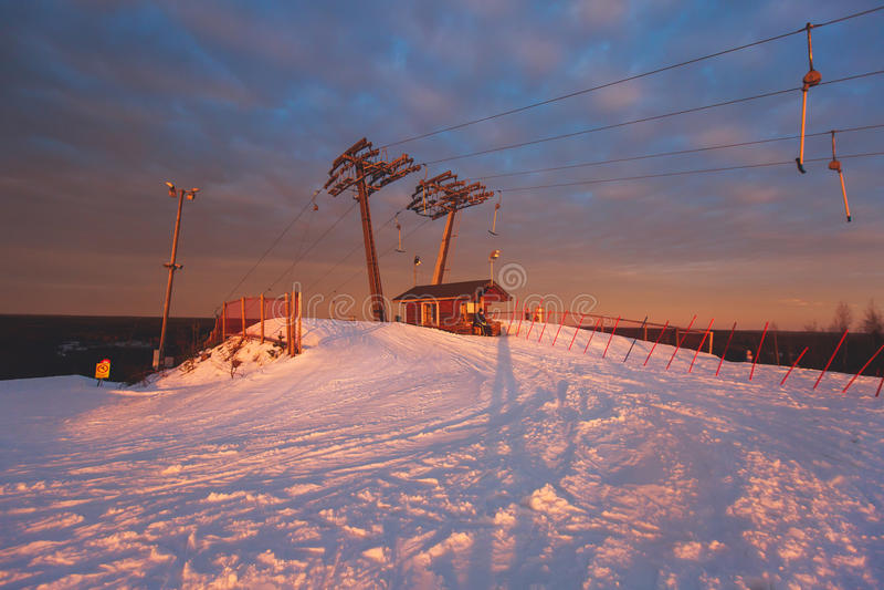 Bello Mountain View freddo della stazione sciistica, giorno di inverno soleggiato con il pendio immagini stock libere da diritti