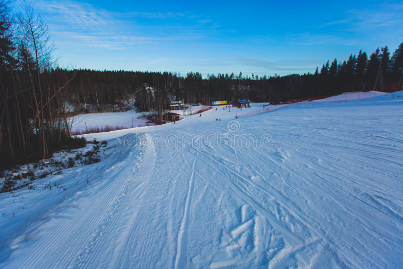 Bello Mountain View freddo della stazione sciistica, giorno di inverno soleggiato con il pendio fotografia stock libera da diritti