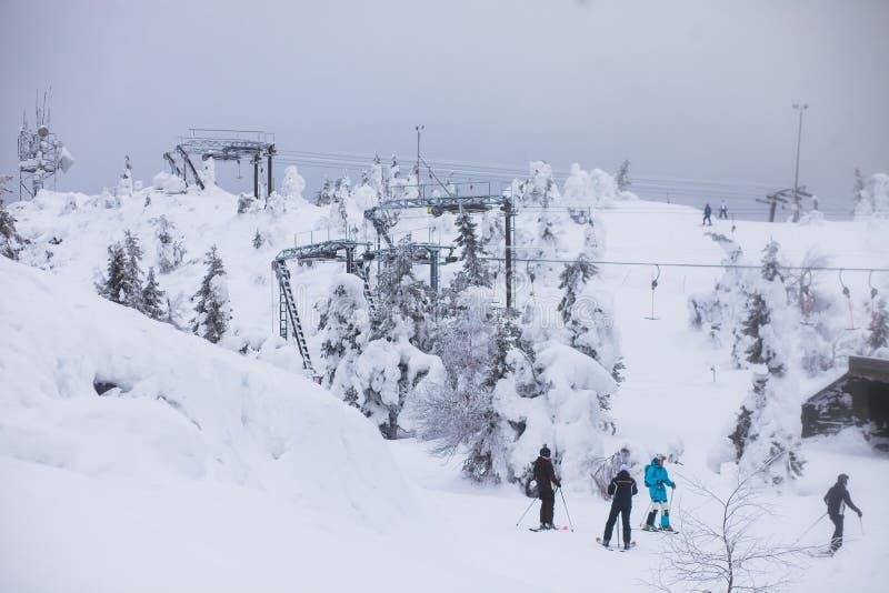 Bello Mountain View freddo della stazione sciistica, giorno di inverno soleggiato con il pendio fotografie stock