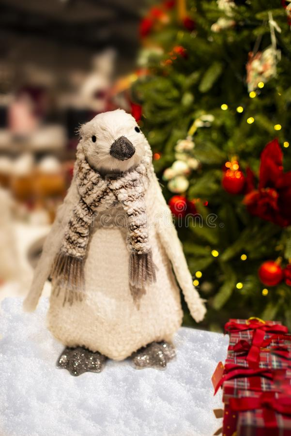 Bello Natale uccello e presente sotto l'albero di Natale - concetto di Natale immagini stock libere da diritti