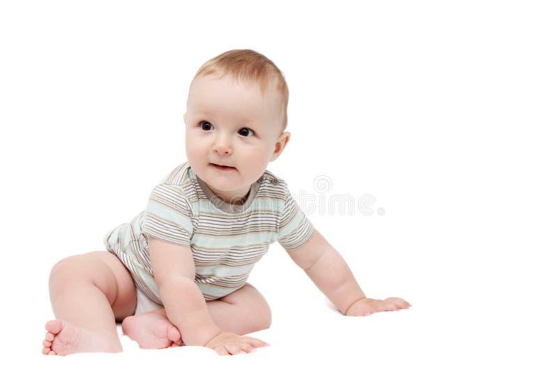 Bello neonato felice che si siede sul bianco immagine stock libera da diritti