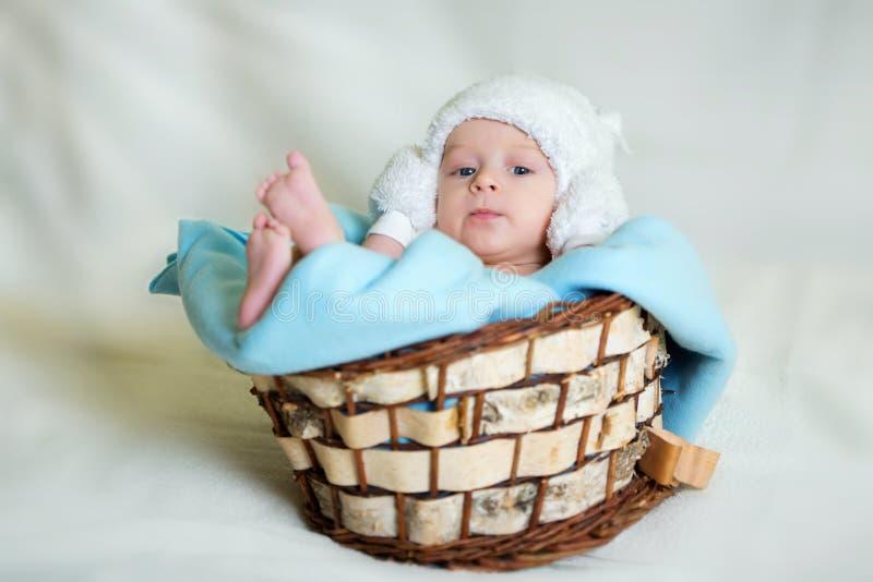 Bello neonato sorridente fotografie stock libere da diritti