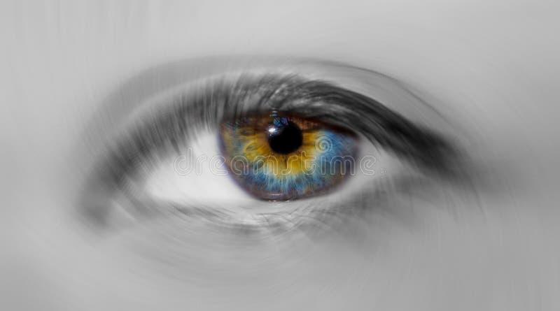 Bello occhio azzurro variopinto della donna con il primo piano ipnotico mistico di effetto del bokeh di rotazione fotografia stock libera da diritti