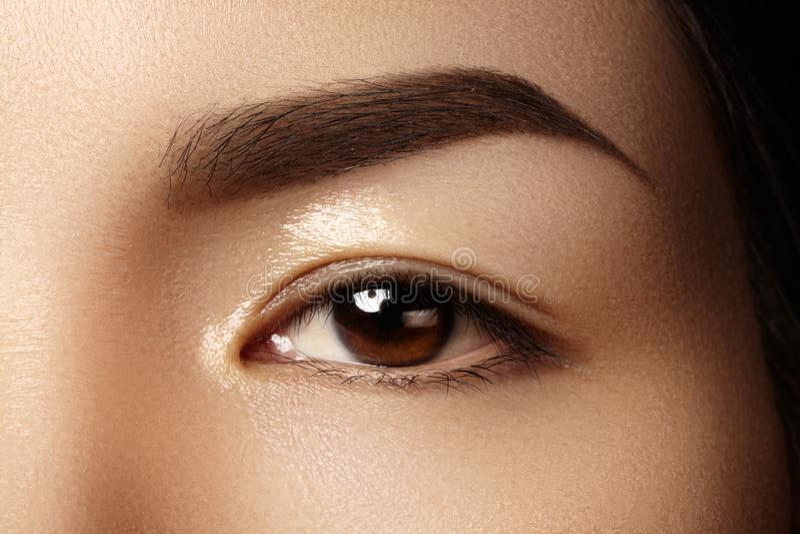 Bello occhio femminile con pelle pulita, trucco quotidiano di modo Fronte di modello asiatico Forma perfetta del sopracciglio fotografie stock