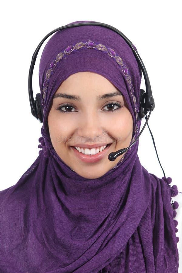 Bello operatore arabo della donna con la cuffia avricolare immagini stock libere da diritti