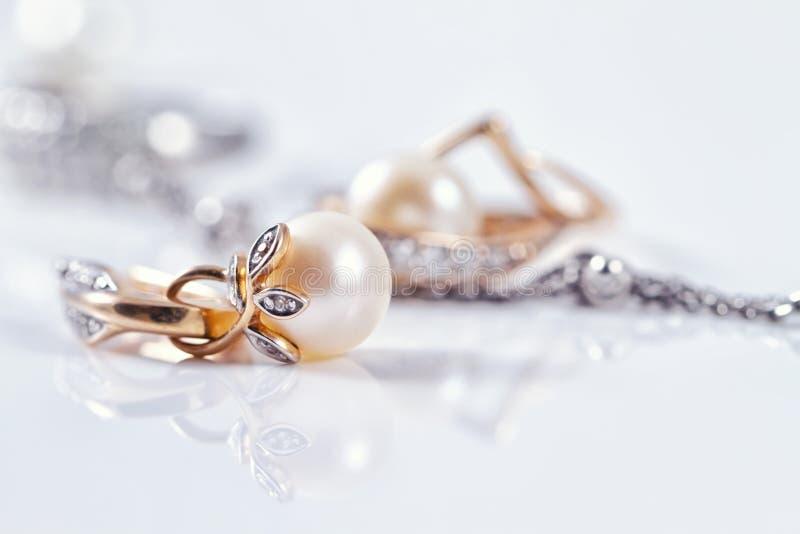 Bello orecchino dell'oro con la perla immagine stock libera da diritti
