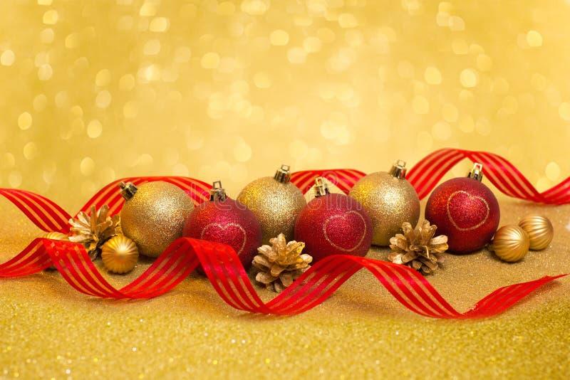 Bello ornamento di Natale con rosso e le palle di natale dell'oro fotografia stock