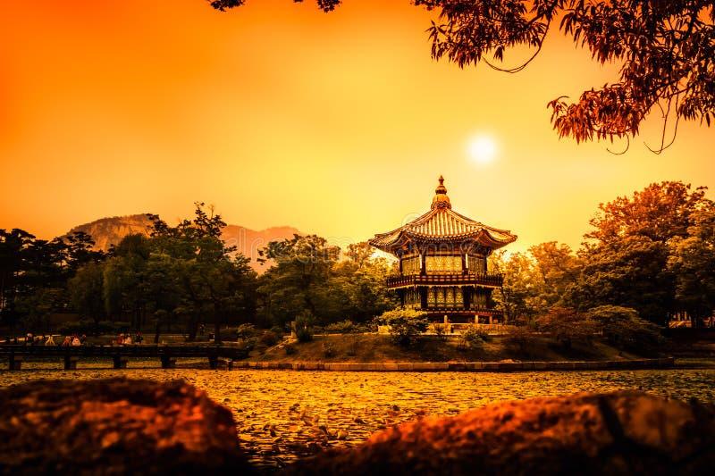 Bello padiglione di Hyangwonjeong su un'isola artificiale - Seoul immagini stock