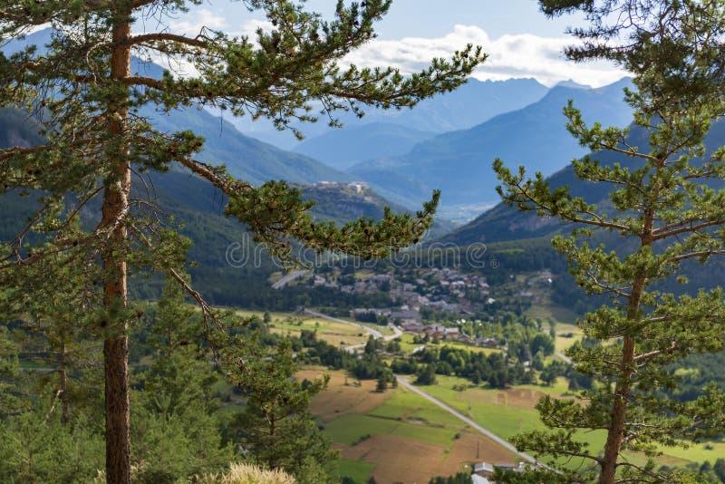 Bello paesaggio alpino con la valle ed i pini verdi della montagna immagine stock libera da diritti