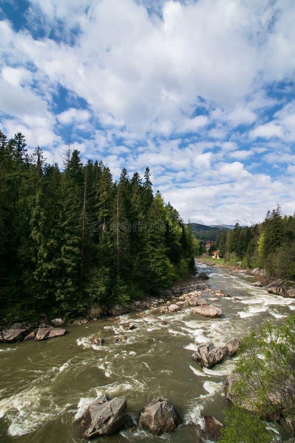 Bello paesaggio alpino, paesaggio delle montagne, nuvole degli azzurri Priorit? bassa di corsa Vista panoramica di estate Escursi fotografia stock libera da diritti