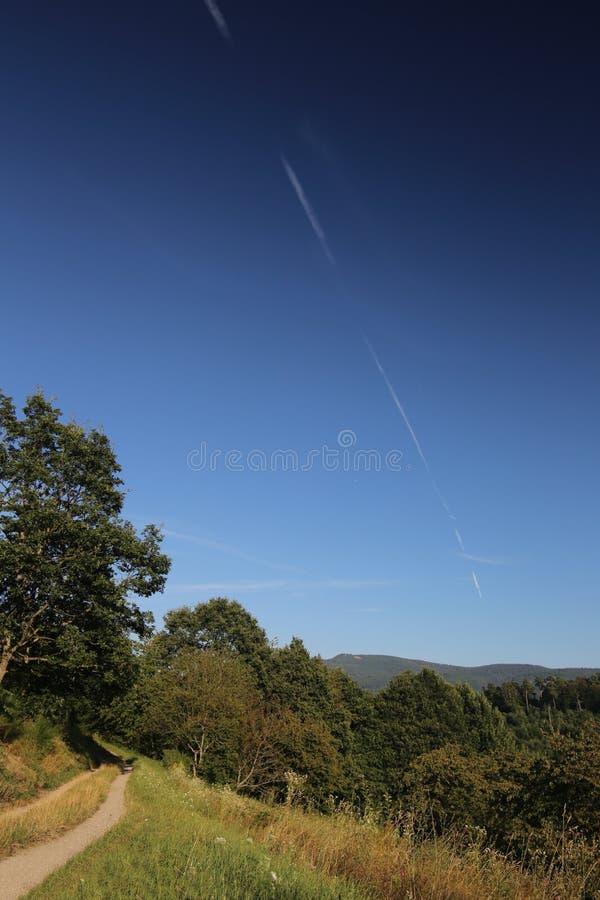 Bello paesaggio in Baden-Wurttemberg con la scia di condensazione diagonale su cielo blu fotografie stock libere da diritti