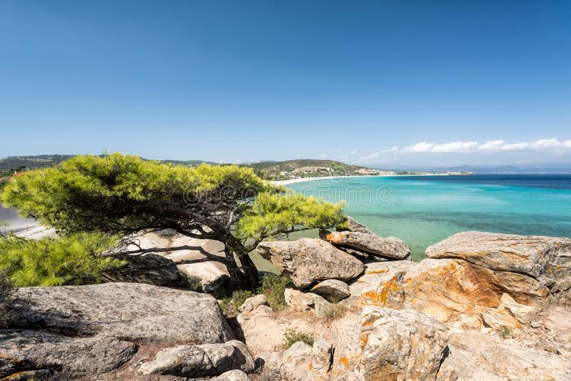 Bello paesaggio che trascura il mare La Grecia Sithonia Il Mar Mediterraneo immagine stock libera da diritti