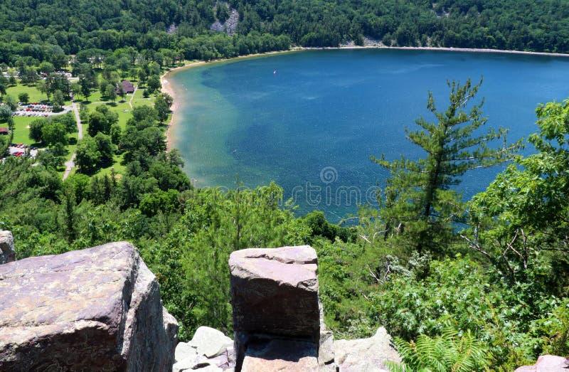 Bello paesaggio con il lago verde smeraldo fotografia stock libera da diritti