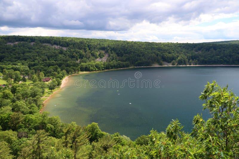 Bello paesaggio con il lago verde smeraldo immagini stock