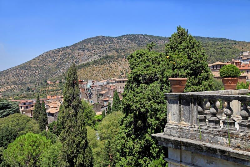 Bello paesaggio con il terrazzo della balaustra in vecchio villaggio, Tusc fotografie stock libere da diritti