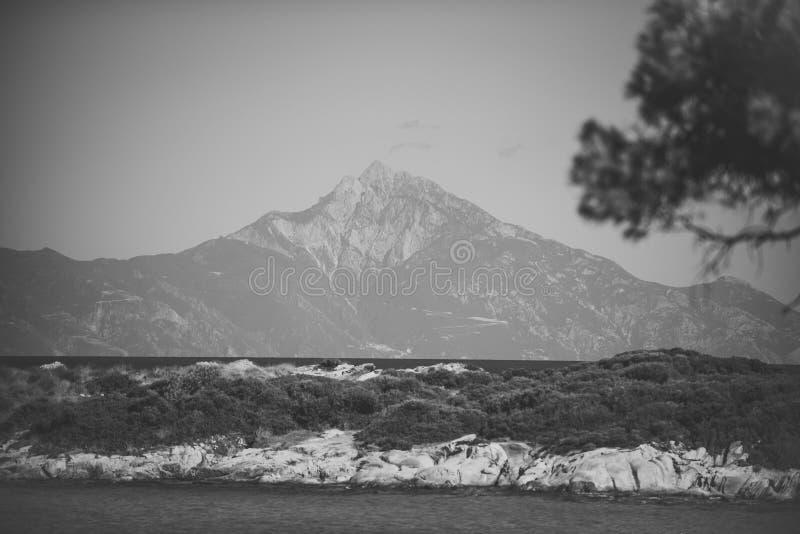 Bello paesaggio con l'alta montagna, coperta di neve Cima rocciosa leggera della montagna e del cielo blu, orizzonte, orizzonte fotografia stock