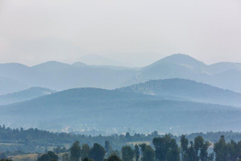Bello paesaggio con le colline nel giorno piovoso fotografia stock