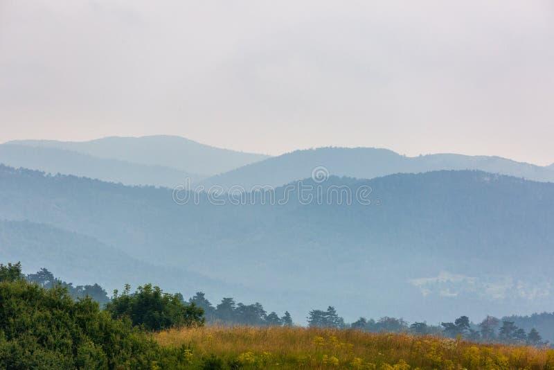 Bello paesaggio con le colline nel giorno piovoso immagine stock libera da diritti
