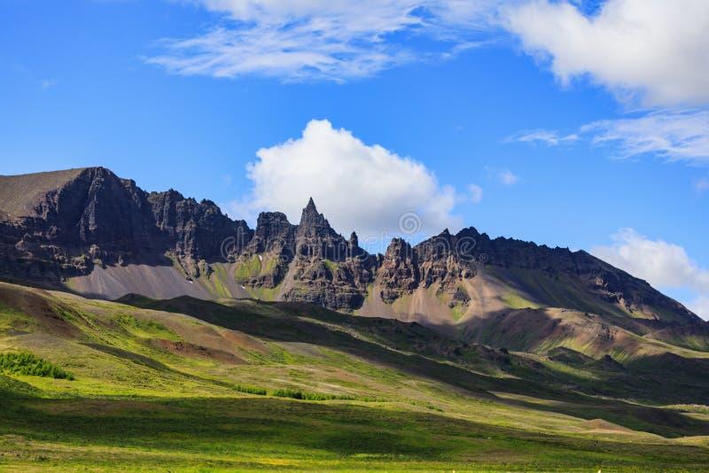 Bello paesaggio con le montagne in Islanda di estate immagini stock libere da diritti