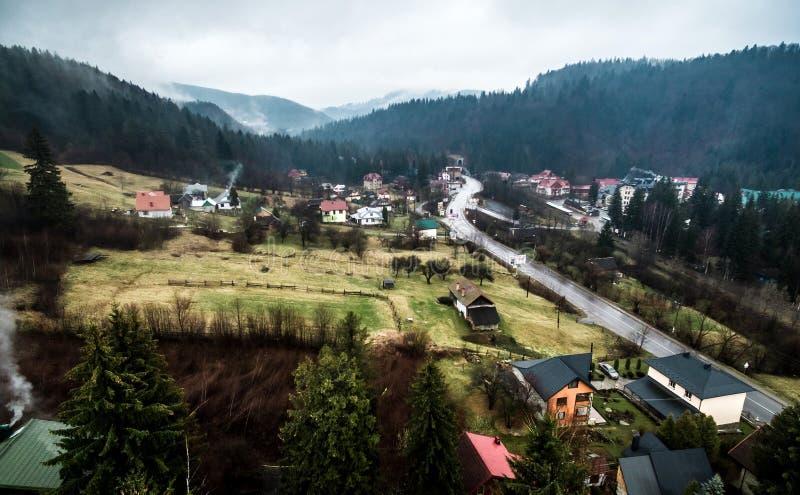 Bello paesaggio con le montagne in Yaremcha, carpatico, Ucraina fotografia stock libera da diritti