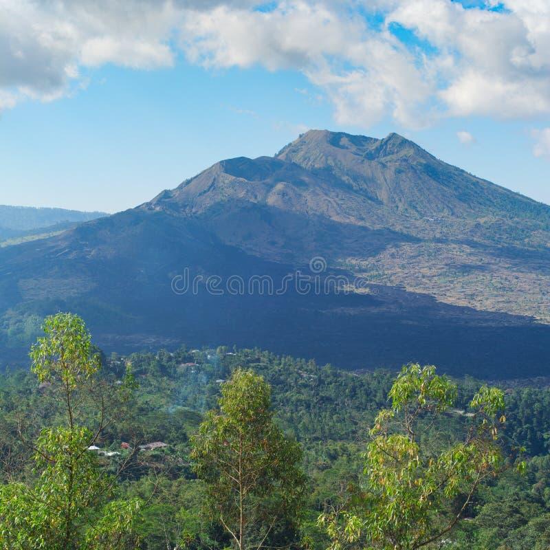 Bello paesaggio con un vulcano e un lago di Batur fotografie stock