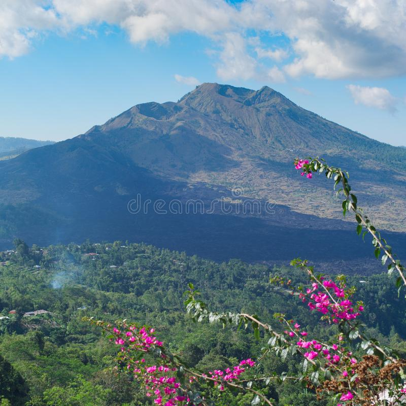 Bello paesaggio con un vulcano e un lago di Batur fotografia stock libera da diritti