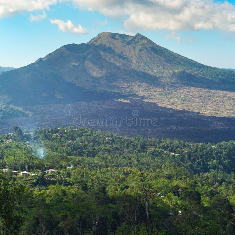 Bello paesaggio con un vulcano e un lago di Batur bali fotografia stock libera da diritti