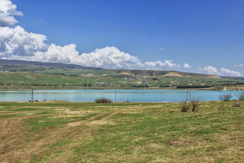 Bello paesaggio con una vista del fiume, delle montagne e del cielo blu Tbilisi, Georgia immagine stock libera da diritti