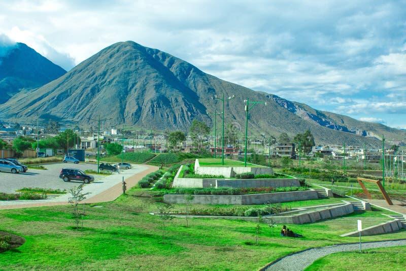 Bello paesaggio, con una vista delle montagne e del parco immagine stock
