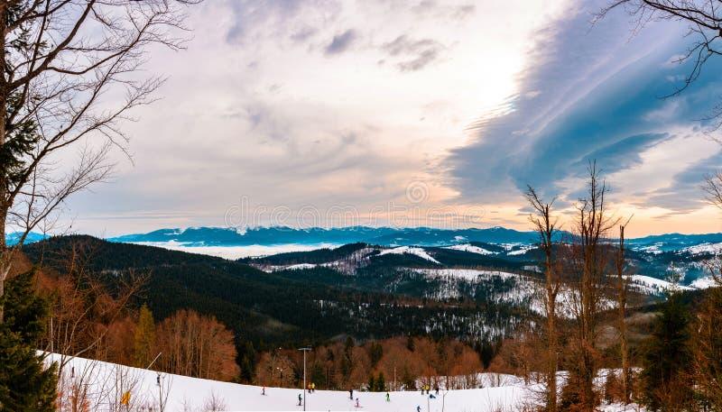 Bello paesaggio dei Carpathians ucraini nell'inverno, che meravigliosamente sta affascinando dalla piattaforma di osservazione fotografia stock
