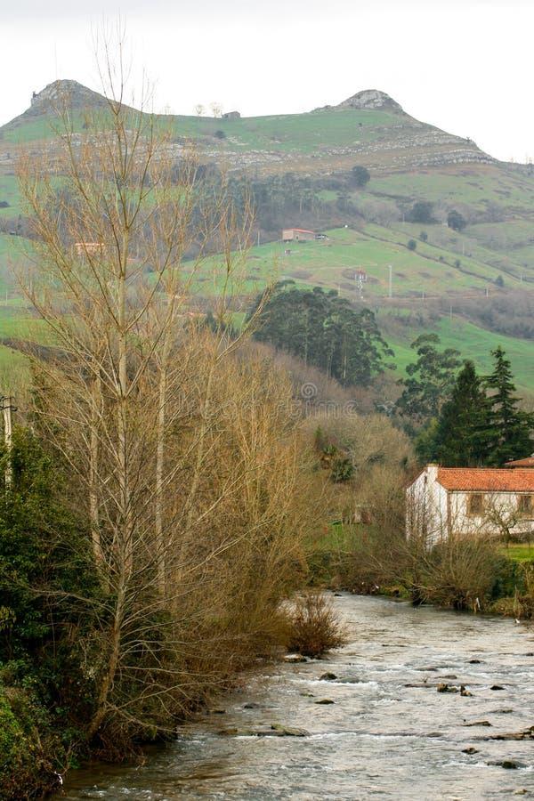 Bello paesaggio dei picchi di Busampiro ed il fiume di Miera dalla bella citt? di Lierganes, Cantabria Tetas del DOS di Las fotografia stock