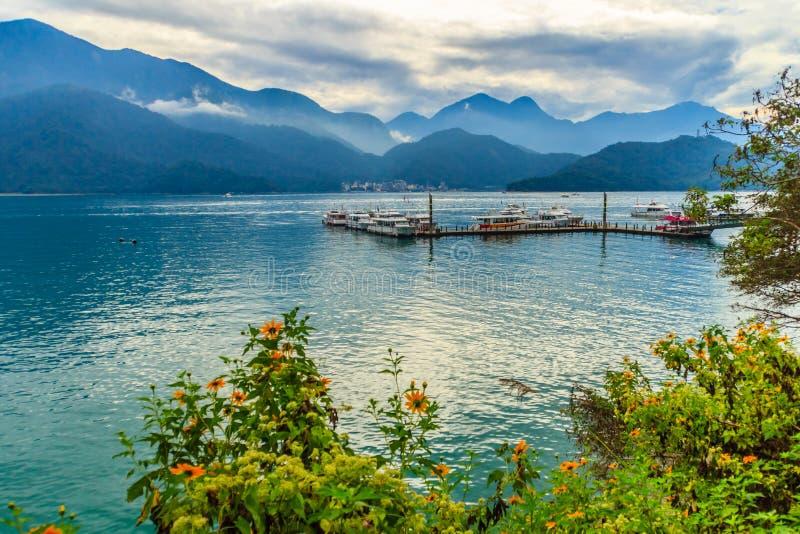 Bello paesaggio del lago moon di Sun di mattina con il mountai immagine stock libera da diritti