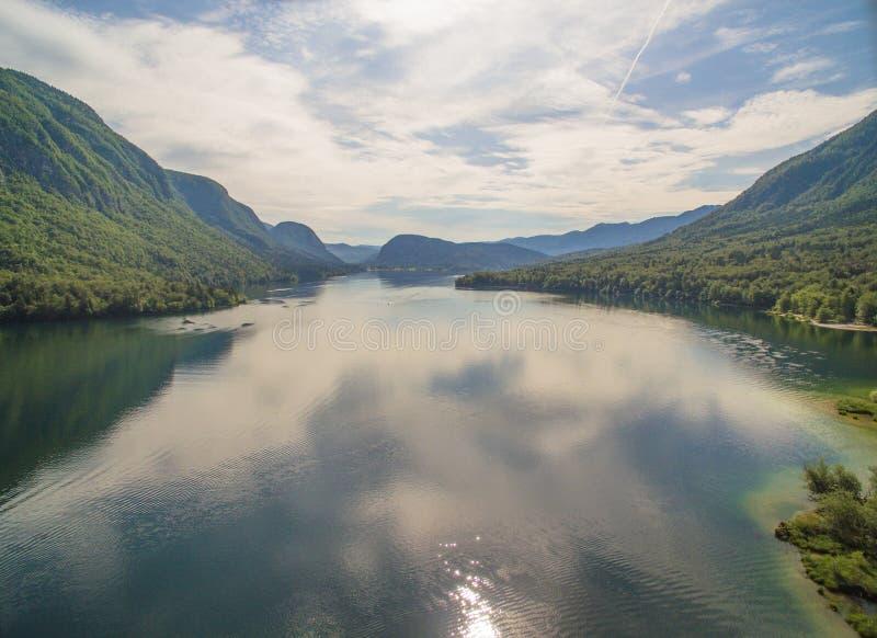 Bello paesaggio del lago mountain contro il cielo nuvoloso ad estate fotografia stock libera da diritti