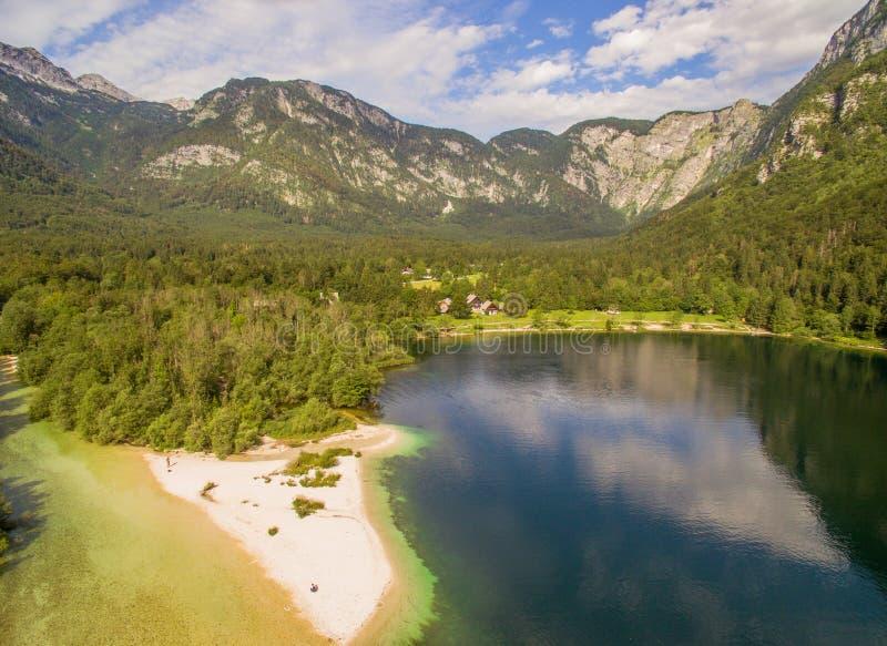 Bello paesaggio del lago mountain contro il cielo nuvoloso ad estate immagini stock