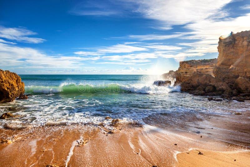 Bello paesaggio dell'oceano, la costa dell'Oceano Atlantico, porto immagine stock