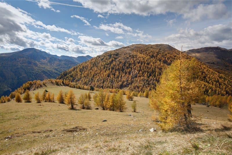 Bello paesaggio della montagna come visto dalla strada di Nockalm, Austria immagini stock
