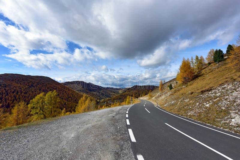Bello paesaggio della montagna come visto dalla strada di Nockalm Le alpi, Austria immagini stock