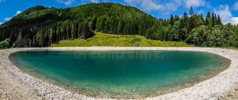 Bello paesaggio della montagna con la vista del lago Speicherteich nelle alpi dell'Austria fotografia stock libera da diritti