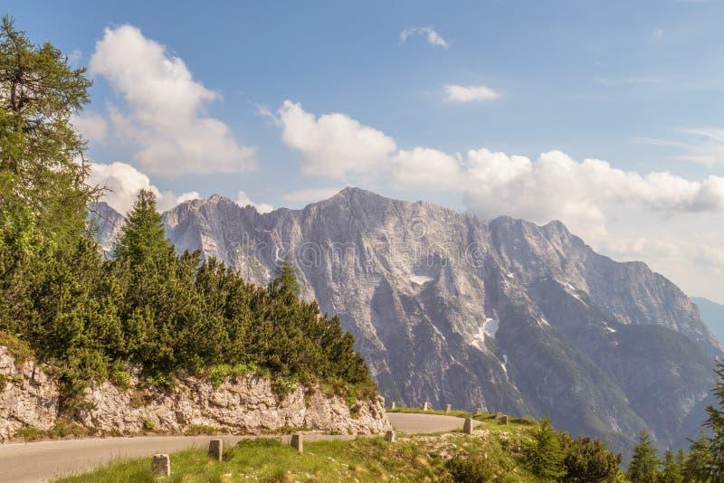 Bello paesaggio della montagna contro il cielo immagine stock libera da diritti