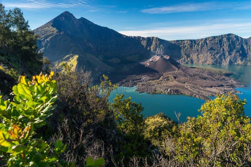 Bello paesaggio della montagna del vulcano attivo di Rinjani, Lombok i immagini stock libere da diritti