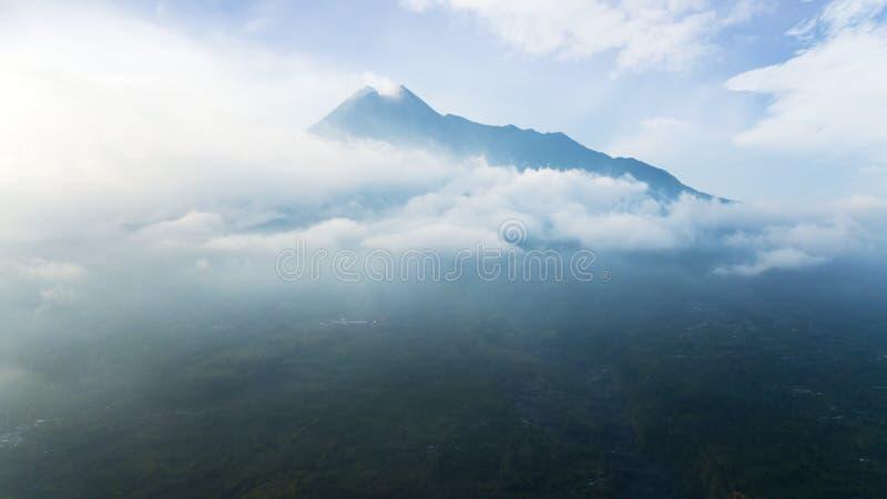 Bello paesaggio della montagna di Batur alla mattina nebbiosa fotografia stock