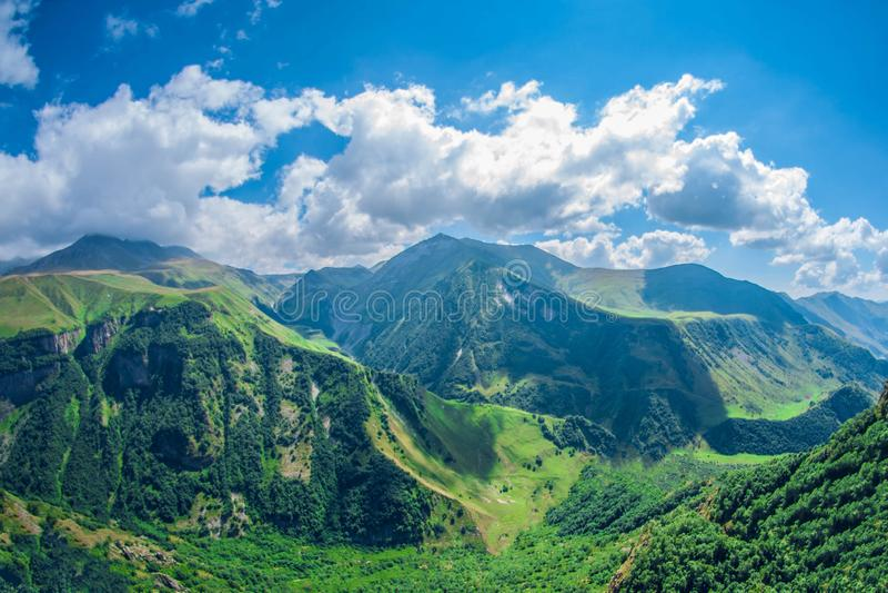 Bello paesaggio della montagna di estate Alte montagne verdi il giorno soleggiato Georgia Gudauri immagini stock libere da diritti