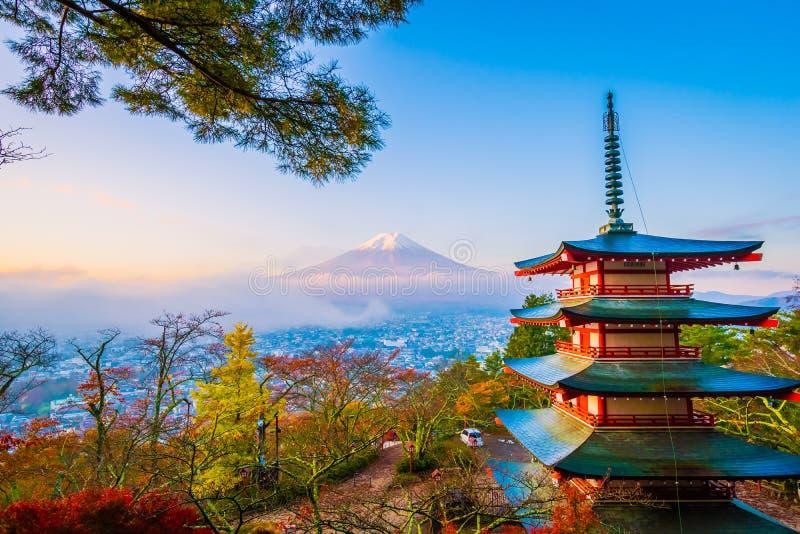 Bello paesaggio della montagna Fuji con la pagoda di chureito intorno all'albero della foglia di acero nella stagione di autunno fotografia stock libera da diritti