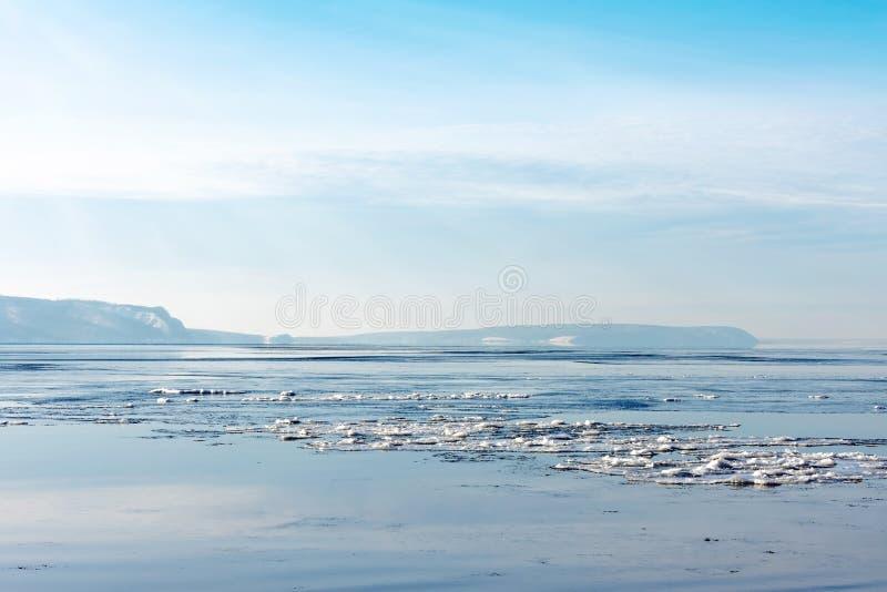 Bello paesaggio della primavera o di inverno Rottura del ghiaccio sul fiume Nei precedenti nella distanza potete vedere le montag fotografia stock