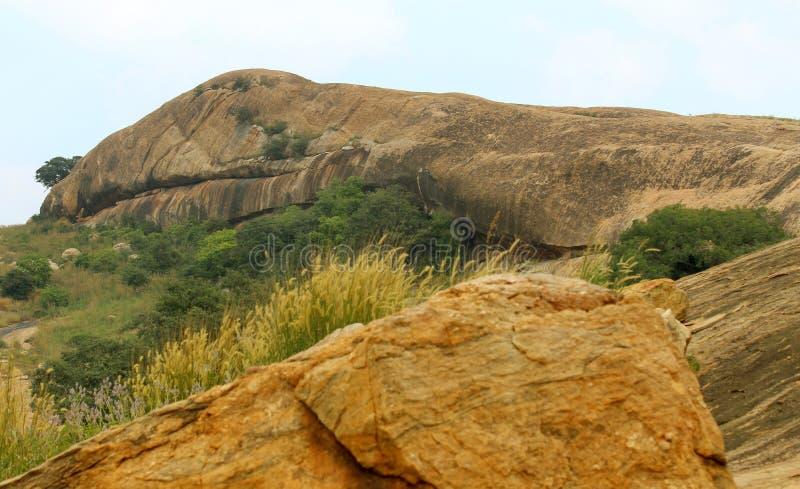 Bello paesaggio della roccia del letto del complesso sittanavasal del tempio della caverna fotografia stock libera da diritti