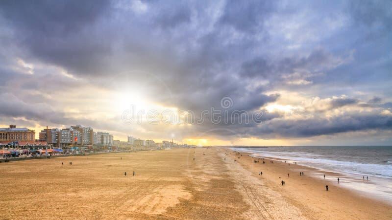 Bello paesaggio della spiaggia - vista della spiaggia vicino all'argine di L'aia fotografia stock libera da diritti
