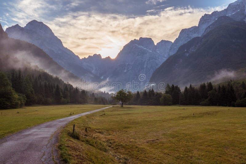 Bello paesaggio della valle della montagna ad alba fotografia stock