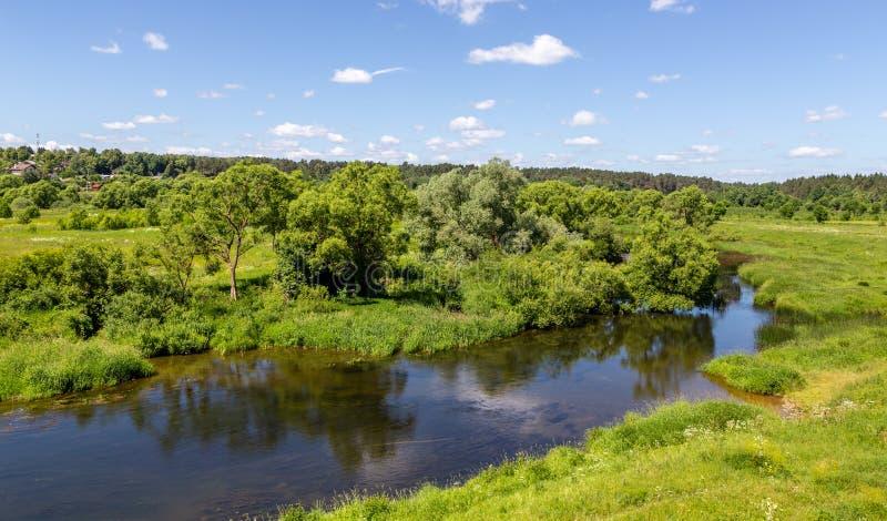 Bello paesaggio delle colline russe centrali, vista dalla collina al fiume e foresta fotografia stock libera da diritti